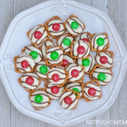 Christmas Pretzel Hugs M&M Treats